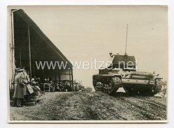 III. Reich Pressefoto. Den Mitgliedern des englischen Parlaments werden die letzten Typen der Armeeaufrüstung in Aldershof gezeigt. 22.2.1939.