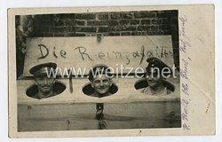 Erster Weltkrieg Humor-Fotopostkarte Soldaten sitzen im Plumpsklo