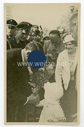 III. Reich Foto, ein Kind überreicht Adolf Hitler Blumen