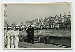 Kriegsmarine Foto, Schiff läuft im Hafen ein