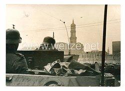 Wehrmacht Heer Pressefoto, MG-Schütze auf einem Panzer
