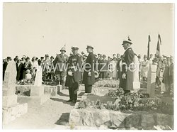 Kriegsmarine Foto, Angehörige der Reichsmarine beim Besuch auf dem Friedhof in Swakopmund