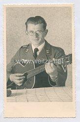 Luftwaffe Foto, Gefreiter spielt Gitarre