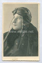 Luftwaffe Portraitfoto, Soldat im Fliegeroverall mit Kopfhaube für Flugzeugbesatzungen