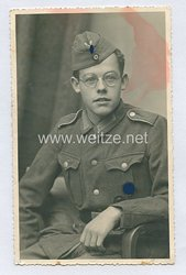 Wehrmacht Heer Portraitfoto, Soldat mit Verwundetenabzeichen in Schwarz und SA-Sportabzeichen
