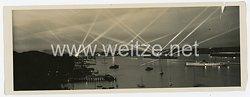 Kriegsmarine Foto, Kriegsschiffe beleuchten den Hafen