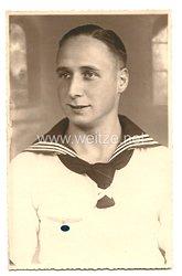 Kriegsmarine Portraitfoto, Matrose mit weißen Hemd