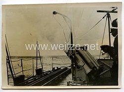 Kriegsmarine Pressefoto, Wasserbombenwerfer beim Feuern 30.10.1941