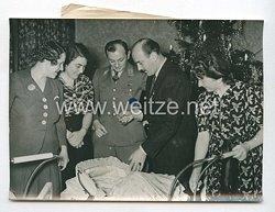 3. Reich Pressefoto: Politischer Leiter mit Goldenen Parteiabzeichen undAllgemeinen Gau-Ehrenzeichen