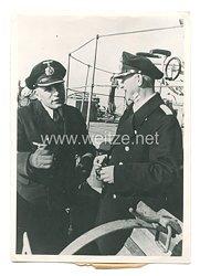 Kriegsmarine Pressefoto: Ein U-Jägerkommandant berichtet seinem Flottillenchef