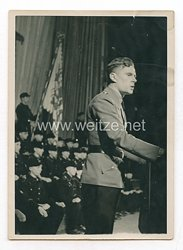 3. Reich Pressefoto: Ein Führer der Hitlerjugend spricht im Saal