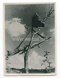 Wehrmacht Pressefoto: Ukraine, Krieg im Osten, Sowjetmütze und Gewehr hängen am Baum