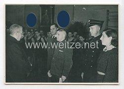3. Reich Pressefoto: Angehörige der DAF und einen Mitarbeiter der Strassenbahnerhalteneine Urkunde