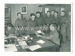 Wehrmacht Pressefoto: Weihnachtsurlaub, im Geschäftszimmer werden die Urlaubsscheine ausgehändigt