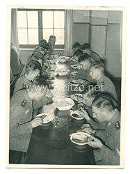 Wehrmacht Pressefoto: Essenfassen in der Kantine