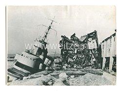 Kriegsmarine Pressefoto: Von Stukaszerschlagenen sowjetische Kriegsschiffeim Hafen von Noworossisk