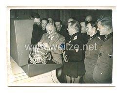 3. Reich Pressefoto: Präsident Capoferri überreicht Dr. Ley ein Geschenk aus Venedig