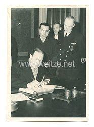 3. Reich Pressefoto: Der italienische Botschafter zeichnet sich in die Neujahrsglückwunschliste für den Führer ein.