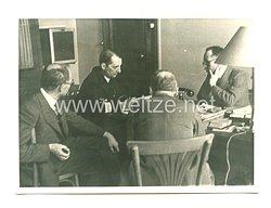 Kriegsmarine Pressefoto: ein deutscher Marineoffizier bespricht mit den Leitern der Werft St. Neizelle die Bedienungen der Übergabe(Frankreich)