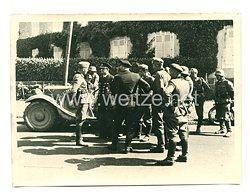 Kriegsmarine Pressefoto: Rast an der Strassenkreuzung nach Chatelain (Frankreich)
