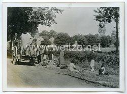 Wehrmacht Pressefoto: Krieg im Westen Flüchtlinge auf der Straße bei Chatelain (Frankreich)