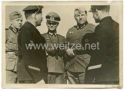 Wehrmacht Pressefoto: deutsche Offiziere beim verhören französischer Marinesoldaten beim Fort Gildys ? (Frankreich)