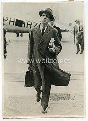 3. Reich Pressefoto: Mister Strang nach seiner Ankunft im Croydoner Flughafen 8.8.1939