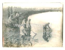 1. Weltkrieg Deutsches Heer Pressefoto: Deutsche Soldaten bei Fischfang in Russland