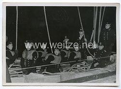 Kriegsmarine Pressefoto: Matrosen üben das herablassen eines Beiboot