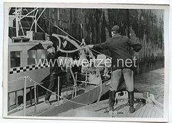 Kriegsmarine Pressefoto: Minenräumboot macht in einem Kanalhafen fest