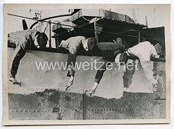 Kriegsmarine Pressefoto: von oben bis unten wird gepöhnt 7.5.1942