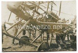 1. Weltkrieg Fliegerei: Foto eines abgestürzten feindlichen Flugzeuges