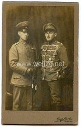 PortraitfotoDeutsches Reich: Unteroffizier eines HusarenRgt. und einen Leutnant des 2. ostpreußischen Feldartillerie Rgt. 52
