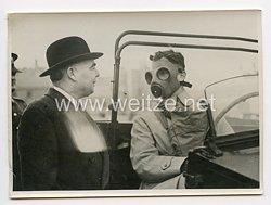 England 2. Weltkrieg Pressefoto: englischer Zivilist mit Gasmaske