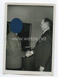 3. Reich Pressefoto: Adolf Hitler begrüßteinen ausländischen Gast