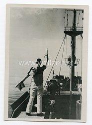 Kriegsmarine Pressefoto: Ein Winkspruch wird an das Geleitboot durchgegeben 8.6.1944