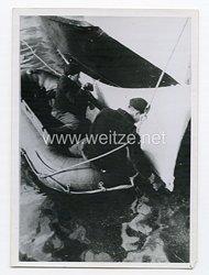 Kriegsmarine Pressefoto: Von Salzwasser angefressene Stellen werden frisch getönt