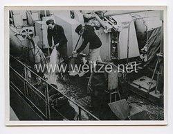 Kriegsmarine Pressefoto: Matrosen machen das Deck sauber 6.7.1944