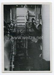 Kriegsmarine Pressefoto: Matrosen im Maschinenraum