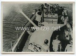 Kriegsmarine Pressefoto: Feuernde Kampffähre