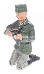 Lineol - Heer Lagerleben - Soldat mit Schiffchen kniend Brot schneidend
