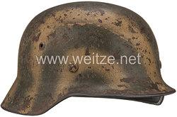 Wehrmacht Stahlhelm M 40 mit Tarnlackierung und 1 Emblem