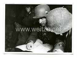Wehrmacht Pressefoto: Soldat bei der Lagebesprechung