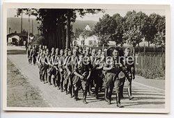 """SA - Propaganda-Postkarte - """" Der Kampf ist der Vater aller Dinge - Ruhig und sicher marschiert die SA. Der Gepäckmarsch ist die Grundlage des Geländesports. """""""