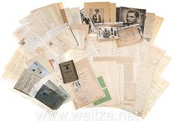"""Luftwaffe - Große Dokumenten- und Fotogruppe des Leutnants Rudolf Kube der I./Kampfgeschwader 257, der als 11. Soldat in das """" Goldene Buch der Flieger """" aufgenommen wurde und die Rettungsmedaille am Band verliehen bekam."""