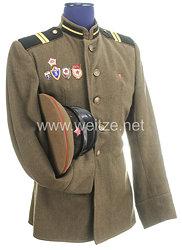 Sowjetunion Kalter Krieg: Schirmmütze M58 und Dienstrock für einen Offizier der Artillerie
