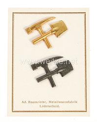 III. Reich Bergbau: Musterkarte mit 2 Mützenabzeichen