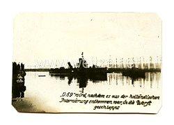 """1. Weltkrieg Deutsches Kaiserreich Foto: """"O.69"""" wird, nachdem es aus der holländischen Internierung entkommen war, in die Werft geschleppt"""