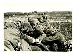 Wehrmacht Heer Foto, Soldaten schieben ein Militärfahrzeug an