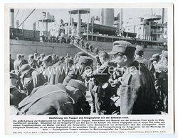 """III. Reich - gedrucktes Pressefoto """"Rückführung von Truppen und Kriegsmaterial von der baltischen Front"""" 10.10.1944"""